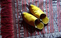 Une paire de babouches sur le tapis d'entrée.