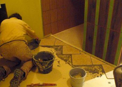 pose du carrelage du sol de la salle de bain