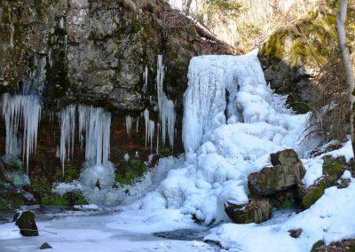 Une magnifique cascade glacée derrière le moulin de Drils