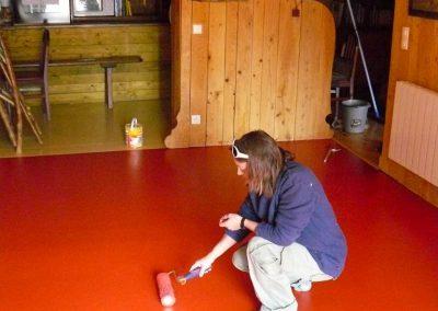 Els en tran de peindre le sol de la salle à manger