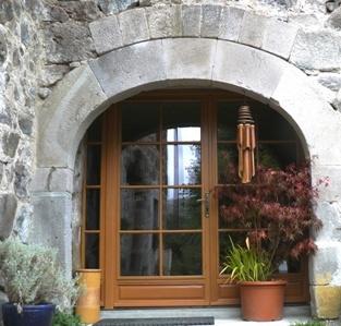 La porte vitrée du gîte et sa voute en pierre