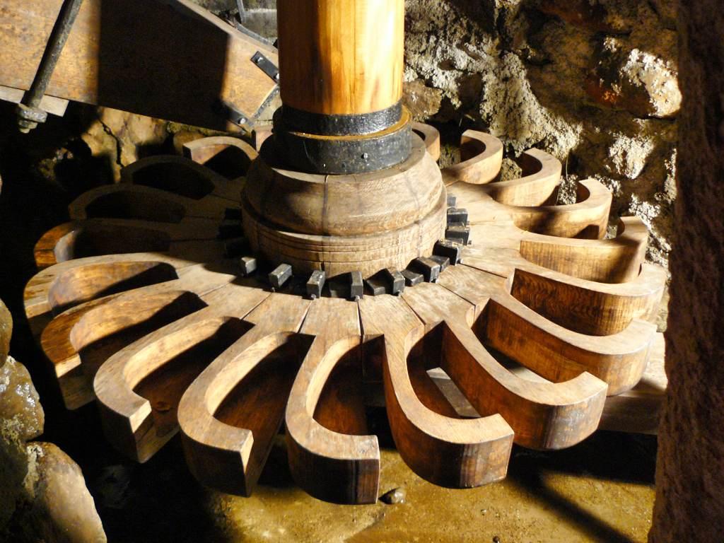 La roue restaurée du Moulin de Drils