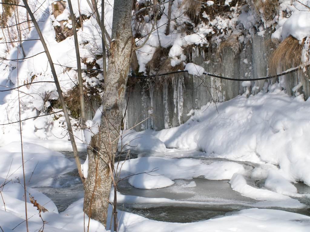 Des stalactites derrière le moulin de Drils.