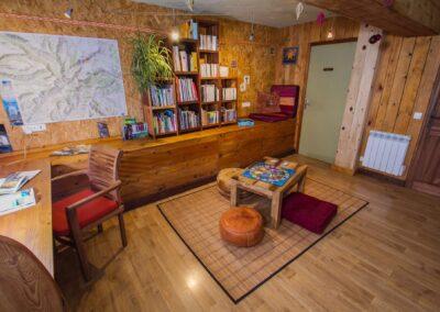 La bibliothèque avec ces livres et jeux de société.