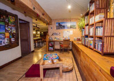 La bibliothèque et les autres pièces de vie du gîte.