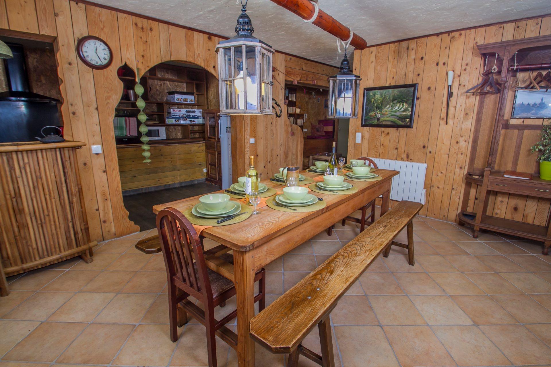 Salle à manger et cuisine ouverte